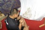 Agus Rianto, 28, saat sedang membatik dalam acara pameran karya siswa SLB G Daya Ananda di Dusun Ganjuran, Desa Widodomartani, Kecamatan Ngemplak, beberapa waktu lalu. (JIBI/Harian Jogja/Rima Sekarani I.N)
