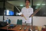 Petugas Reskrim Polres Sleman menunjukkan barang bukti senjata tajam yang disita dari anggota geng motor, Minggu (12/12/2014). (JIBI/Harian Jogja/Sunartono)