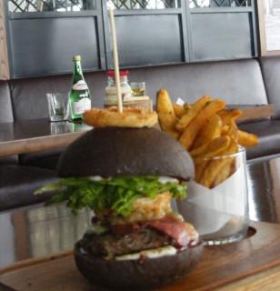 Canting Joss Burger, burger yang diolah dengan tambahan elemen kopi dan cokelat powder. Daging sapi yang digunakan menggunakan daging sapi dengan kadar fat dibawah 35% sehingga mengeluarkan rasa yang jusy dan fresh. (JIBI/Harian Jogja/Rina Wijayanti)