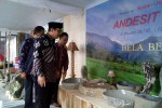Bupati Kulonprogo Hasto Wardoyo saat meninjau stan kerajinan batu andesit di pameran Kulonprogo Expo 2014, akhir pekan lalu. (JIBI/Harian Jogja/Holy Kartika N.S)