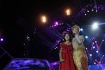 Bintang Dangdut Accademy, Lesty (kiri) saat berduet bersama Inul Daratista dalam acara Road Show Dangdut Accademy di Alun-Alun Utara, Minggu (19/10/2014) malam lalu. (JIBI/Harian Jogja/Arief Junianto)