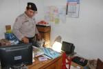 Polisi menunjukkan tembok ruang kantor Toserba Beji yang dijebol pencuri, Senin (20/10/2014). (JIBI/Harian Jogja/Switzy Sabandar)