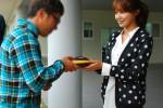 Sooyoung bagi-bagi kacamata hitam untuk tim drama My Spring Day (Allkpop)