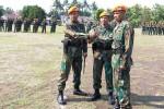 (Dari kiri) Mayor Psk Dili Setyawan, Kolonel Psk Yudi Bustami, dan Letkol Psk Komang Doni Ariasa Wirayudha berfoto bersama usai serah terima jabatan Komandan Denhanud 474 Paskhas Jogja di Lapangan Denhanud 474 Paskhas Jogja, Jumat (24/10/2014). (JIBI/Harian Jogja/Rima Sekarani)