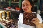 Yuyun memperlihatkan cetakan batik yang dijualnya. (JIBI/Harian Jogja/Abdul Hamied Razak)