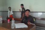 Harwanto, pengawal tahanan saat berjaga di depan ruang tunggu tahanan di PN Jogja (JIBI/Harian Jogja/Ujang Hasanudin)