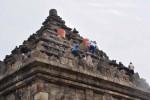 Beberapa pekerja membersihkan sisa abu vulkanik Gunung Kelud dan lumut di Candi Ijo, Prambanan, Sleman, beberapa waktu lalu. JIBI/Harian Jogja/Rima Sekarani I.N.)