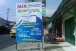 Sebuah papan reklame pelayanan jasa pembuatan BPJS terpasang di depan sebuah kantor jasa pembuatan BPJS di Jalan Palagan, Sariharjo, Ngaglik, Sleman, Rabu (29/10/2014). (JIBI/Harian Jogja/Sunartono)