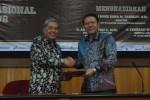 Direktur Corporate and External Affairs Toyota Indonesia Made Dana Tangkas (kanan) menyerahkan hibah penelitian Toyota Vios secara simbolis kepada Wakil Rektor Bidang Penelitian dan Pengabdian Kepada Masyarakat UGM Prof. Suratman, Rabu (29/10/2014). (JIBI/Harian Jogja/Abdul Hamied Razak)