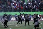 Suasana kerusuhan suporter saat pertandingan Persis Solo melawan Martapura FC pada Babak Delapan Divisi Utama Liga Indonesia di Stadion Manahan, Solo, Rabu (22/10). Kerusuhan tersebut dipancing ketidak tegasan kepemimpinan wasit Ahmadi Jafri selama pertandingan. Sementara hasil pertandingan yang berakhir imbang 1-1 tersebut membuat peluang Persis Solo lolos ISL semakin menipis. (JIBI/Solopos/Ardiansyah Indra Kumala)
