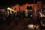 Abdi dalem keluar dari gerbang Pura Mangkunegara, Solo, seraya membaca pusaka untuk dikirab dalam perayaan Malam 1 Sura, Sabtu (25/10/2014) dini hari. (JIBI/Solopos/ Ardiansyah Indra Kumala)