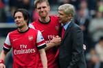 Pelatih Arsenal Arsene Wenger memberi semanagat kepada dua pemainnya. Ist/foxsportasia.com