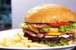 Begini pesona burger jumbo dari Restoran Double Decker (Muhammad Irsyam Faiz/JIBI/Solopos)