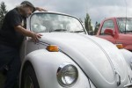 Edward Smith bersama dengan mobil VW kesayangannya (News.com.au)