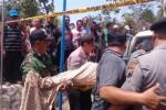 Petugas mengevakuasi jenazah dari kediaman Kades Puhgogor, Bendosari, Sukoharjo, Selasa (21/10/2014) (Aries Susanto/JIBI/Solopos)