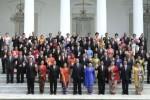 Presiden Susilo Bambang Yudhoyono atau akrab disapa dengan inisial SBY (keenam dari kanan pada baris terbawah) bersama Wakil Presiden Boediono (ketiga dari kiri pada bari terbawah), dengan didampingi Ibu Negara Ny. Ani Yudhoyono (kelima dari kanan pada baris terbawah), dan Ibu Herawati Boediono (keempat dari kiri pada baris terbawah) berfoto bersama dengan jajaran menteri Kabinet Indonesia Bersatu (KIB) II beserta istri masing-masing berfoto bersama di tangga Istana Merdeka, Kompleks Istana Kepresidenan Jakarta, Kamis (16/10/2014). Pemerintahan yang dipimpin Presiden SBY dan Wapres Boediono akan berakhir Senin (20/10/2014) mendatang, bersamaan dengan dilantiknya calon presiden terpilih dalam Pilpres 2014, Joko Widodo alias Jokowi. (JIBI/Solopos/Antara/Setpres/Abror)