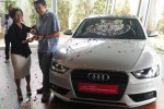 Head of Marketing PT Garuda Mataram Motor Wanny Bhakti A. P. (kedua dari kanan) berbincang dengan Juara Umum Audi Race Indonesia Series (ARIS) 2014 Andrew Haryanto (kanan) seusai penyerahan hadiah lomba balap mobil itu di Jakarta, Kamis (30/10/2014). Audi Race Indonesia Series 2014 diikuti 10 pembalap dengan menggunakan satu jenis mobil, yakni Audi A4 1.8 TFSI, dengan modifikasi terbatas. (Alby Albahi/JIBI/Bisnis)