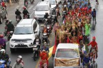 Peserta kirab berkostum wayang orang melambaikan tangan kepada wartawan saat mengikuti acara Babad Kepatihan Wetan yang melintas di Jl. Urip Sumoharjo, Solo, Jawa Tengah, Kamis (23/10/2014).