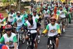Sejumlah peserta Borobudur Fun Bike bersepeda melintasi kawasan Taman Wisata Candi Borobudur (TWCB), Magelang, Jawa Tengah, Minggu (12/10/2014). Kegiatan yang diikuti ribuan peserta dari berbagai wilayah tersebut diselenggarakan dalam rangka memperingati 200 tahun penemuan Candi Borobudur sekaligus untuk memperkenalkan desa-desa wisata potensi di kawasan Borobudur. (JIBI/Solopos/Antara/Anis Efizudin)
