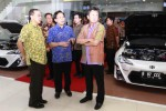 President Director PT New Ratna Motor Nasmoco Group Stephen H. Budi (kiri), Managing Director Nasmoco Group Fatrijanto (tengah), dan President Director PT Toyota Astra Motor (TAM) Hiroyuki Fukui (kanan) berbincang-bincang saat berkunjung ke gerai Nasmoco Ring-Road Solo. Gerai yang terletak di Jaten, Karanganyar itu adalah satu dari empat gerai baru dealer Toyota Jateng-DIY yang diresmikan, Rabu (29/10/2014). (Ardiansyah Indra Kumala/JIBI/Solopos)