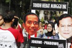 Warga yang bertandang di arena Car Free Day (CFD) Kota Solo, Jl. Slamet Riyadi, Solo, Jawa Tengah, Minggu (19/10/2014), berfoto dengan frame Joko Widodo dan Prabowo Subianto. Frame tokoh hebat tersebut terkait safari politik calon presiden terpilih Joko Widodo (Jokowi) yang bertemu dengan Ketua Umum Partai Gerindra Prabowo Subianto. (Ardiansyah Indra Kumala/JIBI/Solopos)