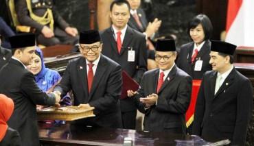 Ketua Majelis Permusyawaratan Rakyat (MPR) Sidarto Danusubroto memberikan berkas persidangan kepada Ade Rezki Pratama seusai pelantikan anggota DPR-DPD periode 2014-2019 di kompleks kantor parlemen, Senayan, Jakarta, Rabu (1/10/2014). Ade Rezki Pratama terpilih secara otomatis sebagai pimpinan sidang paripurna MPR karena dia adalah anggota termuda di MPR. (Nurul Hidayat/JIBI/Bisnis)