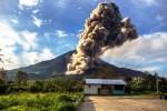 Gunung Sinabung mengeluarkan material vulkanik, tampak dari Desa Brastepu, Karo, Sumut, Selasa (30/9/2014). Gunung Sinabung kembali bererupsi disertai mengeluarkan awan panas sekitar pukul 17.20 WIB dengan tinggi kolom abu vulkanik sekitar 2.000 meter. (JIBI/Solopos/Antara/Endro Lewa)