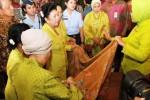 "Ibu Negara Ani Yudhoyono (kelima dari kanan) didampingi istri wakil presiden, Herawati Boediono (keempat dari kanan), meninjau pameran batik saat peringatan Hari Batik Nasional di Kantor Kementerian Perindustrian, Jakarta, Kamis (2/10/2014). Untuk memperingati Hari Batik Nasional, Kementerian Perindustrian dan Yayasan Batik Indonesia menggelar Pameran Batik Nusantara bertajuk ""Pameran Batik Warisan Budaya VII"", 30 September 2014-3 Oktober 2014. (Abdullah Azzam/JIBI/Bisnis)"