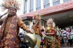 Pedagang mengenakan kain batik saat Fashion Show Bakul Pasar Busana Batik di Pasar Gede, Solo, Jawa Tengah, Kamis (2/10/2014). Peragaan busana tersebut untuk menyambut Hari Batik Nasional. (Ardiansyah Indra Kumala/JIBI/Solopos)