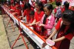 Siswa mencuci tangan dengan sabun saat memperingati Hari Cuci Tangan Sedunia di Balai Kota Solo, Jawa Tengah, Kamis (23/10/2014). Kegiatan cuci tangan tersebut diikuti sekitar 1.000 siswa sekolah dasar (SD) dan 100 aktivis Tim Penggerak Pembinaan Kesejahteraan Keluarga (PKK). Aktivitas yang melibatkan anak-anak dan ibu-ibu dimaksudkan sebagai sosialisasi dan edukasi cuci tangan pakai sabun (CTPS). (Septian Ade Mahendra/JIBI/Solopos)