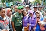FOTO PAMERAN ALUTSISTA TNI : KSAD Ramah Berfoto Bersama Warga