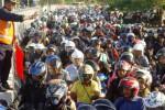 v Ribuan pengendara kendaraan bermotor roda dua antre masuk gerbang tol jembatan Suramadu, sisi Tambakwedi, Surabaya, Jawa Timur, Sabtu (4/10/2014). Kepadatan arus lalu lintas itu terjadi karena warga asli Madura menjalani tradisi toron atau mudik ke pulau mereka. Warga suku Madura di Pulau Jawa terbiasa mudik ke pulau mereka setiap Iduladha. Kepulangan warga suku Madura ke kampung halaman mereka pada hari raya kurban itu pada umumnya dianggap lebih perlu diutamakan ketimbang mudik Idulfitri. (JIBI/Solopos/Antara/M. Risyal Hidayat)