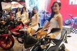 Sederet sales promotion girl (SPG) berpose di sepeda motor-sepeda motor Honda CBR150 saat digelar Indonesia Motorcycle Show (Imos) 2014 di Jakarta Convention Center (JCC), Kompleks Istana Olahraga Bung Karno, Senayan, Jakarta, Rabu (29/10/2014). (Alby Albahi/JIBI/Bisnis)