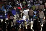 Seorang sales promotion girl (SPG) berjaga di unit sepeda motor Suzuki di tengah lalu lalang pengunjung Indonesia Motorcycle Show (Imos) 2014 di Jakarta Convention Center (JCC), Kompleks Istana Olahraga Bung Karno, Senayan, Jakarta, Kamis (30/10/2014). Empat agen tunggal pemegang merek (ATPM) dan 30 perusahaan pendukung industri sepeda motor yang mengikuti pameran sepeda motor bertema Teknologi, Keselamatan dan Sikap itu mengerahkan perempuan jelita untuk mengenalkan produk mereka. (Dwi Prasetya/JIBI/Bisnis)