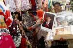 Wagimin, 46, seorang pengasong menawarkan foto Presiden Joko Widodo dan Wakil Presiden Jusuf Kalla di Pasar Klewer, Solo, Jawa Tengah, Kamis (30/10/2014). Pedagang keliling yang biasa berjualan kain lap ala kanebo tersebut sepekan terakhir beralih komoditas dagangan foto atau poster presiden dan wapres. Foto-foto presiden dan wapres tersebut ia tawarkan ke sejumlah sekolah dan pedagang pasar dengan harga Rp5.000-Rp10.000 untuk setiap pasangnya. (Ardiansyah Indra Kumala/JIBI/Solopos)