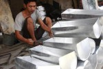 Indra, 27 pekerja pada industri kerajinan pembuatan loyang roti di Pasar Kabangan, Laweyan, Solo, Jumat (31/10/2014). Loyang roti tersebut dijual Rp40.000-Rp60.000 per set, bergantung bahan yang digunakan. Indra mengaku dapat membuat 120 set loyang dalam sepekan. (Ardiansyah Indra Kumala/JIBI/Solopos)