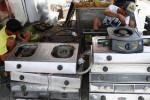 Karyawan jasa perbaikan kompos gas, Titus, 30, sedang membersihkan kompor di simpang Mlipakan, Jebres, Solo, Jawa Tengah, Jumat (31/10/2014). Jasa perbaikan kompos gas tersebut memasang tarif Rp20.000 untuk perbaikan kompor, Rp10.000 untuk perbaikan regulator, dan Rp10.000 untuk perbaikan pemantik kompor. (Ardiansyah Indra Kumala/JIBI/Solopos)