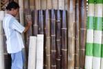 Pembuat tirai bambu, Pak Duk, 58, menata dagangannya di Jl. M. Yamin, Kawatan, Serengan, Solo, Jawa Tengah, Senin (20/10/2014). Tirai bambu tersebut dijual dengan kisaran harga Rp30.000-Rp50.000 per meter persegi. Variasi harga itu bergantung jenis bambu yang digunakan dalam pembuatannya. (Ardiansyah Indra Kumala/JIBI/Solopos)