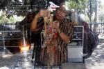 Sihhanto, 58, seorang perajin wayang kulit, memasang cempurit atau tangkai pada wayang Petruk di Balai Agung Keraton Kasunanan Surakarta Hadiningrat, Solo, Jawa Tengah, Selasa (21/10/2014). Menurut Sihhanto, wayang dari kulit kerbau itu dijual Rp850.000 per lembar. Sementara di tempat tersebut juga menjual berbagai wayang dari kulit kerbau yang dijual dengan kisaran harga Rp500.000-Rp10.000.000 per lembar. (Ardiansyah Indra Kumala/JIBI/Solopos)