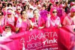 Peserta parade solidaritas bertajuk Jakarta Goes Pink berjalan kaki di jalan utama Kota Jakarta, Minggu (12/10/2014). Parade yang mengambil rute Bundaran Hotel Indonesia-Balai Kota Jakarta ini bertujuan untuk meningkatkan kesadaran bahaya kanker payudara. (Rachman/JIBI/Bisnis)