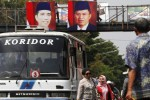 Warga memasang poster Presiden Joko Widodo dan Wakil Presiden Jusuf Kalla (Jokowi-JK) di jembatan penyeberangan Pasar Gede, Solo, Kamis (23/10/2014). Pemasangan poster tersebut terkait dengan pelantikan presiden dan wakil presiden baru, Senin (20/10/2014) lalu. (Ardiansyah Indra Kumala/JIBI/Solopos)