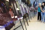Pengunjung melihat deretan foto mantan wali kota Solo yang kini menjabat sebagai Presiden Ketujuh Indonesia Joko Widodo alias Jokowi yang dipamerkan di The Park Mall, Solo Baru, Sukoharjo, Jawa Tengah, Selasa (21/10/2014). Foto hasil jepretan pewarta foto Harian Umum Solopos yang berjumlah sekitar 25 lembar tersebut menceritakan perjalanan Jokowi dari wali kota Solo sampai kampanye menuju kursi Presiden Indonesia. (Septian Ade Mahendra/JIBI/Solopos)