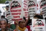 Massa yang menamakan diri Masyarakat Bersama Antikorupsi melakukan aksi di depan Gedung Komisi Pemberantasan Korupsi (KPK) Jakarta, Jumat (3/10/2014). Unjuk rasa yang diikuti puluhan orang itu mendesak pemerintahan yang dipimpin calon presiden dan calon wakil presiden terpilih Joko Widodo dan Jusuf Kalla (Jokowi-JK) mendatang merealisasikan janjinya menciptakan pemerintahan bersih dan berani melakukan pemberantasan korupsi tanpa kompromi. (JIBI/Solopos/Antara/Wahyu Putro A.)
