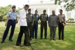 Joko Widodo alias Jokowi (kedua dari kiri) menggelar jumpa pers pertamanya sebagai presiden di bawah pohon Ki Hujan, Kompleks Istana Kepresidenan Jakarta, Rabu (22/10/2014). Jokowi dalam kesempatan itu memindahkan sendiri stand mikrofon dengan disaksikan Panglima TNI Jenderal TNI Moeldoko (kedua dari kiri), Kapolri Jenderal Pol Sutarman (kanan), KSAU Marsekal TNI Ida Bagus Putu Dunia (kiri), KSAL Laksamana TNI Marsetio (keempat dari kanan), KSAD Jenderal TNI Gatot Nurmantyo (ketiga dari kanan), dan Kepala Badan Intelijen Negara (BIN) Marciano Norman (kedua dari kanan). (JIBI/Solopos/Antara/Andika Wahyu)