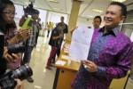 Anggota DPR dari Fraksi Partai Golkar Bambang Soesatyo menunjukkan surat perubahan nama kementerian (nomenklatur) dalam Kabinet Joko Widodo-Jusuf Kalla di sela rapat tertutup Badan Musyawaran (Bamus) DPR, di Jakarta, Kamis (23/10/2014). Sebelumnya, tanpa koordinasi terlebih dahulu dengan DPR, Jokowi-JK dikabarkan telah hendah mengumumkan kabinet mereka yang telah berubah dari nomenklatur sebelumnya di Pelabuhan Tanjung Priok, Jakarta. Dalam pembahasannya, DPR meminta Presiden Jokowi mencantumkan pertimbangan dan alasan penggantian nama-nama kementerian dalam kabinetnya bersama JK tersebut. (JIBI/Solopos/Antara/Yudhi Mahatma)