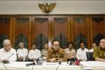 Menteri Energi dan Sumber Daya Mineral (ESDM) Sudirman Said (tengah) dengan didampingi Sekjen Kementerian ESDM Teguh Pamudji (kiri) dan Irjen Kementerian ESDM Mochtar Husein (kanan) menggelar jumpa pers pada hari pertamanya bekerja sebagai menteri di Gedung Kementerian ESDM, Jakarta, Senin (27/10/2014). Sudirman Said ditunjuk sebagai Menteri ESDM Periode 2014-2019 pada Kabinet Kerja pimpinan Presiden Joko Widodo dan Wakil Presiden Jusuf Kalla. (JIBI/Solopos/Antara/Vitalis Yogi Trisna)