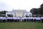 Presiden Joko Widodo (tengah) dan Wapres Jusuf Kalla berfoto bersama para menteri yang tergabung dalam Kabinet Kerja saat acara Pengumunan Kabinet di halaman tengah Istana Kepresidenan Jakarta, Minggu (26/10/2014). Kabinet Kerja yang dipimpin Presiden Joko Widodo dan Wapres Jusuf Kalla itu terdiri atas 34 menteri. (JIBI/Solopos/Antara/Andika Wahyu)