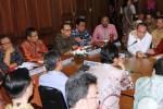 Menteri Koperasi dan Usaha Mikro, Kecil, Menengah (UMKM) A.A. Gede Ngurah Puspayoga (dari kiri ke kanan) bersama Menteri Perindustrian Saleh Husin, Ketua Umum Kadin Indonesia Suryo Bambang Sulisto, dan Menteri Perdagangan Rachmat Gobel di Jakarta, Jumat (31/10/2014). Mereka hadir di sela-sela pertemuannya dengan sejumlah anggota Kamar Dagang dan Industri (Kadin). (Endang Muchtar/JIBI/Bisnis)