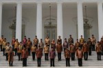 Presiden Joko Widodo (tengah) didampingi Wakil Presiden Jusuf Kalla dan para menteri Kabinet Kerja berfoto bersama di Istana Merdeka seusai acara pelantikan dan pengambilan sumpah jabatan menteri, Senin (27/10/2014). Foto bersama itu dilakukan sebelum, Presiden Jokowi menggelar sidang kabinet untuk kali pertama di Kompleks Istana Kepresidenan Jakarta itu. (Yayus Yuswoprihanto/JIBI/Bisnis)