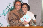 Menteri Kelautan dan Perikanan (KKP) Kabinet Kerja Susi Pudjiastuti (kanan) berjabat tangan dengan mantan Menteri KKP Sharif Cicip Sutardjo saat acara serah terima jabatan mereka di Kantor Kementerian Kelautan dan Perikanan, Jakarta, Rabu (29/10/2014). Susi Pudjiastuti yang menggantikan Syarif Cicip Sutardjo sebagai Menteri Kelautan dan Perikanan untuk periode 2014-2019 itu tampak mesra dalam pose bersama mereka. (Rahmatullah/JIBI/Bisnis)